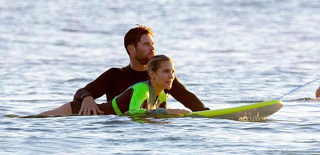 Chris Hemsworth giúp bà xã Elsa Pataky học lướt sóng ở New South Wales, Australia hôm 9/5.
