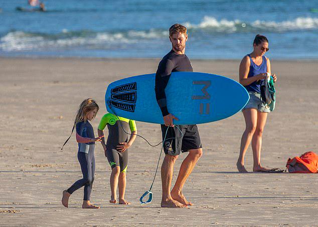Các con của Chris Hemsworth cũng theo bố học lướt ván.