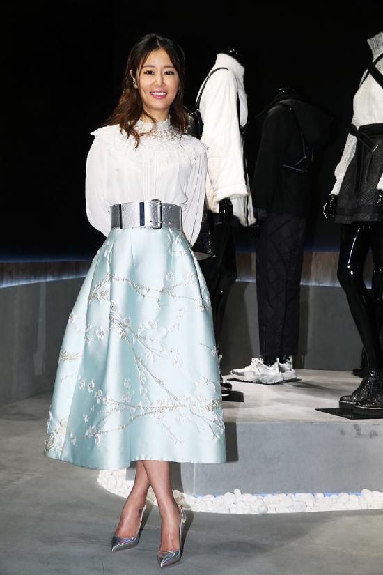 Lâm Tâm Như tham dự sự kiện của một thương hiệu thời trang tại Đài Loan hôm 9/5. Nữ diễn viên mặc đồ điệu đà, phần eo bó sát, khéo léo bác tin đồn đang mang thai. Trước đó, nhiều tờ báo đăng ảnh Tâm Như bụng lùm lùm, cho rằng cô đang có em bé thứ hai.
