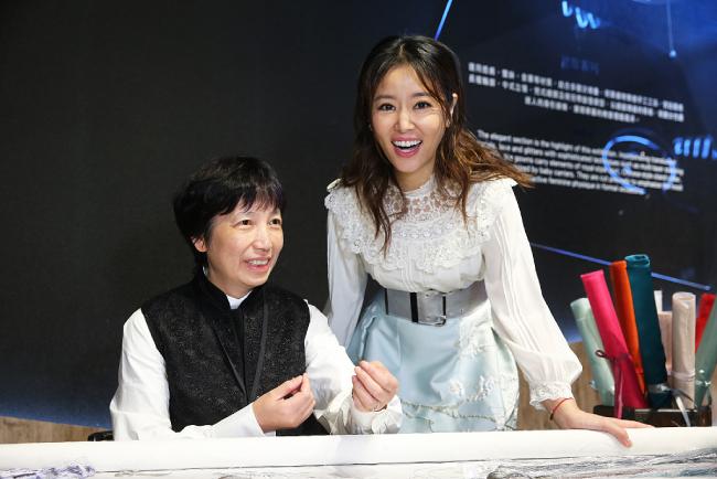 Lâm Tâm Như bên nhà thiết kế của thương hiệu.