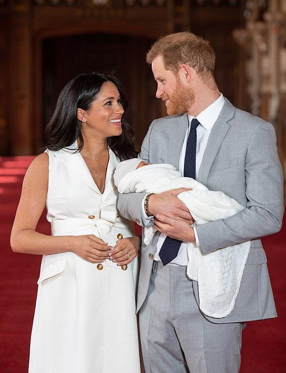 Vợ chồng Harry - Meghan bế con ra mắt báo chí thế giới ở lâu đài Windsor hôm 8/5. Ảnh: PA.