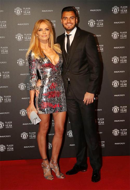 Sau khi tút tát, thủ môn người Tây Ban Nha tự tin xuất hiện bên cạnh vợ