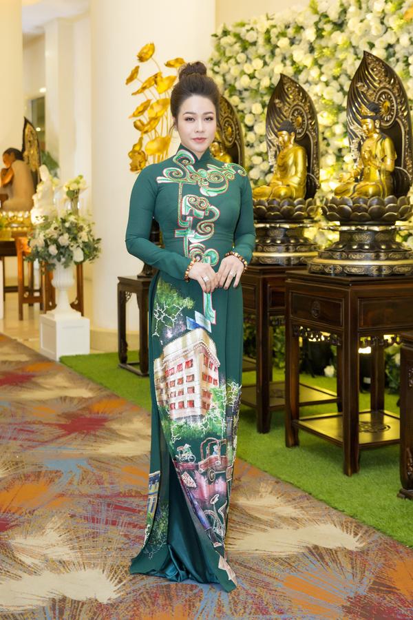 Nhật Kim Anh cũng chọn áo dài khi đến tham gia sự kiện gây quỹ từ thiện.