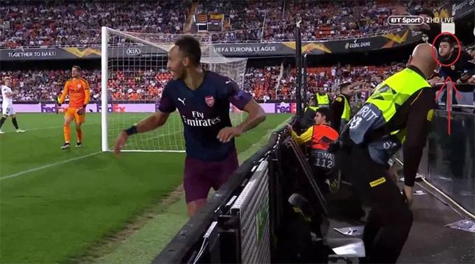 CĐV Valencia cố gắng nhổ về phía Aubameyang. Ảnh: BT Sport.
