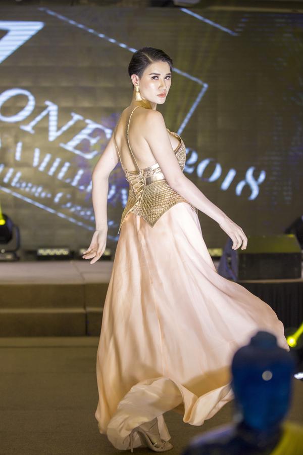 Chân dài cũng tái xuất sàn catwalk khi trình diễn bộ sưu tập của nhà thiết kế gốc Việt Patrick Phạm để đấu giá từ thiện. Dẫu rời ra sân khấu nhiều năm nhưng Trang Trần vẫn có những bước đi tự tin, chuyên nghiệp.