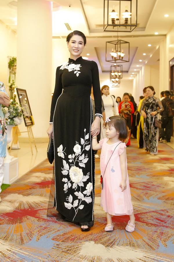 Là người tích cực tham gia các hoạt động thiện nguyện, Trang Trần đã tổ chức chương trình Phật Đản tiệc chay tại TP HCM nhằm quyên góp tiền ủng hộ xây nhà cho dân nghèo ở Long An. Cựu người mẫu diện áo dài đen thêu hoa, dắt tay con gái Kiến Lửa đến sự kiện.