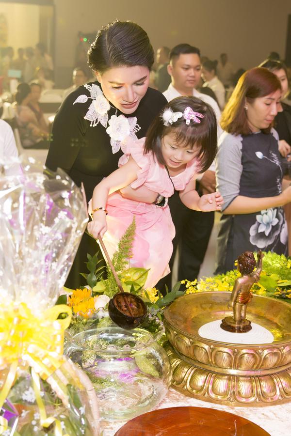 Vừa bận rộn đón tiếp các vị khách nhưng cựu người mẫu vẫn quan tâm chăm sóc con gái. Cô muốn bé Kiến Lửa biết cách yêu thương mọi người xung quanh và hiểu ý nghĩa của những công việc từ thiện mà cô đang làm.
