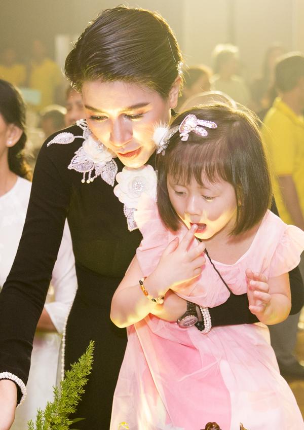 Kiến Lửa là con gái đầu lòng của diễn viên Hương Ga và ông xã Việt kiều. Vì ông xã làm việc ở Mỹ, thi thoảng mới về nước nên Trang Trần một mình nuôi con.