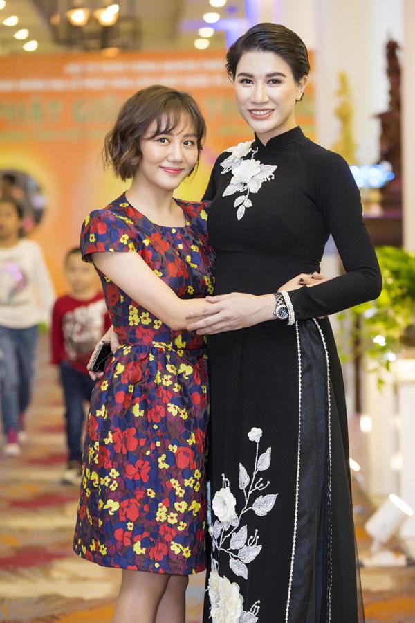 Gái một con thân thiết với Văn Mai Hương, người em cô yêu quý trong showbiz.