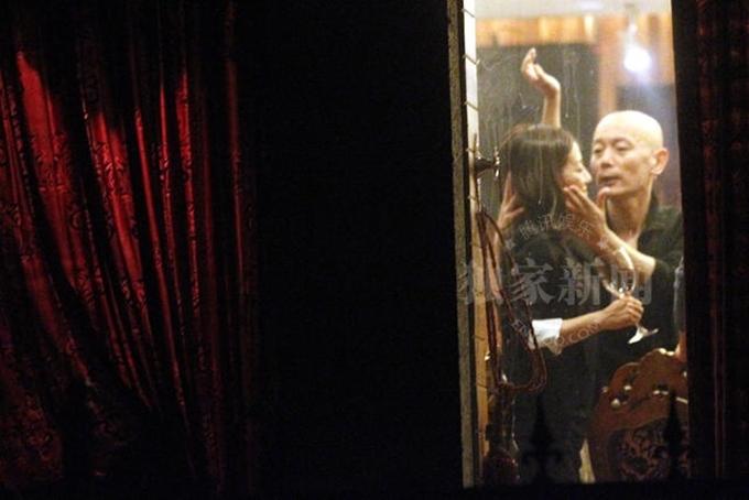Hình ảnh Triệu Vy bị Cát Ưu cưỡng hôn gây tranh cãi năm 2015.
