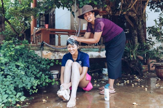 HHen Niê được mẹ tắm gội khi về thăm nhà