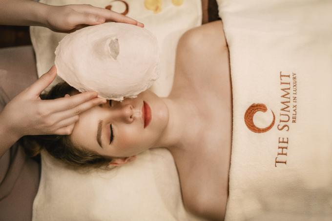 Gói Đế vương Caesar của La Mã hướng đến sự cân bằng của cơ thể, được nhiều chị em ưa thích. Khởi đầu liệu trình, phái đẹp sẽ được mời trà giải độc tố, ngâm nước hoa hồng cải thiện giấc ngủ sâu, chăm sóc da mặt bằng liệu pháp chống nhăn hấp thụ dưỡng chất Collagen, xóa tan mệt mỏi và lưu thông khí huyết cùng bài massage riêng.