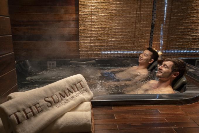 The Summit sở hữu không gian sang trọng và yên tĩnh với diện tích hơn 600 m2. Bên trong spa có các phòng xông hơi khô - ướt, phòng massage trị liệu riêng tư, bể ngâm tắm thủy lực, bể tắm tia, tắm sữa, tắm rượu vang, ngâm bùn, ngâm thảo dược cho phái đẹp và bể jacuzzi hai bồn nóng lạnh dành cho các quý ông.