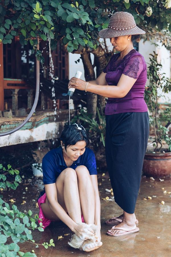 HHen Niê được mẹ tắm gội khi về thăm nhà - 1