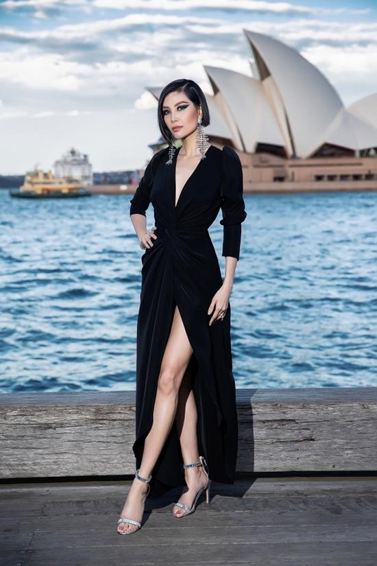 Cựu siêu mẫu Vũ Cẩm Nhưng lại thể hiện sự cá tính và sexy với thiết kế váy