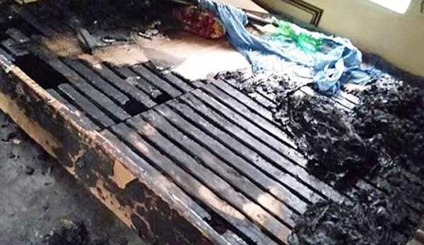Chiếc giường bà Hiền nằm bị thiêu cháy nham nhở.