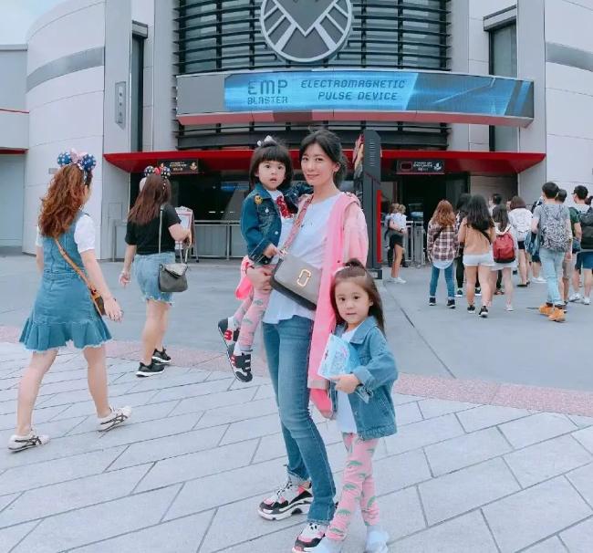 Giả Tịnh Văn và hai con gái đi công viên Disney Hong Kong hôm 10/5. Bà mẹ ba con tiết lộ đã có một ngày vui nhưng mệt nhoài, khi theo chân hai cô con gái tham gia hết trò chơi này tới trò chơi khác.