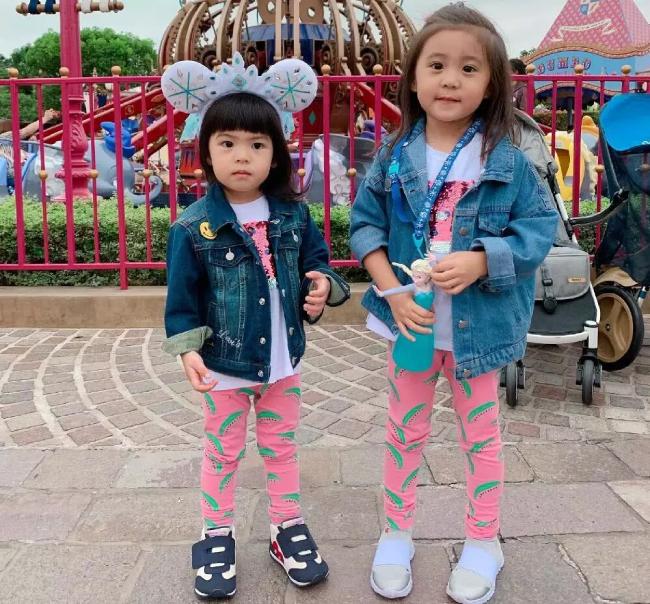 Hai thiên thần nhỏ của Giả Tịnh Văn: Bé lớn Bu Bu4 tuổi, bé nhỏ Bo Bomới 2 tuổi. Các công chúa được mẹ diện đồ ton sur ton rất dễ thương.