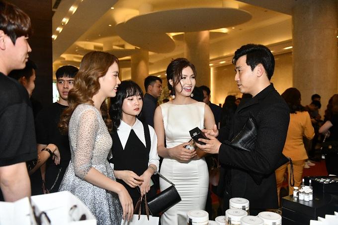Chuyên gia Hàn Quốcgiới thiệu với khách mời về chất lượng các sản phẩm cao cấp của YEB.