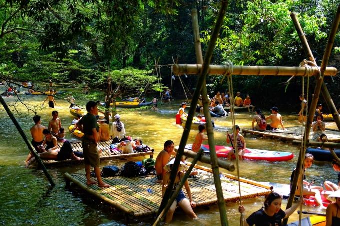Cắm trại giữa suối ở Quảng Bình