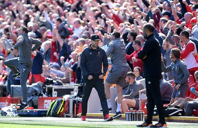 HLV Jurgen Klopp không ăn mừng quá sung như thường lệ bởi dù giành chiếnthắng Liverpool vẫn phải chờ đợi kết quả trận đấu giữa Man City và Brighton & Hove Albion mới biết có đoạt chức vô địch hay không.