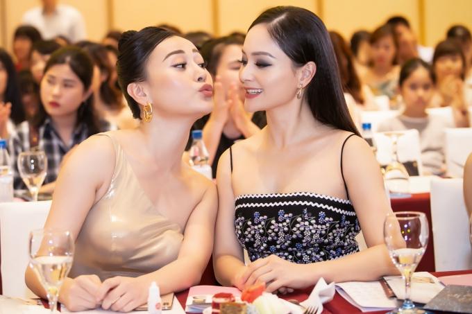 Lan Phương và Phương Oanh vui vẻ trò chuyện, tinh nghịch trong lần hội ngộ hiếm hoi.
