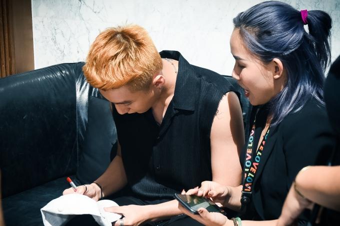 Sơn Tùng thân thiện ký tặng fan sau khi hoàn thành biểu diễn.