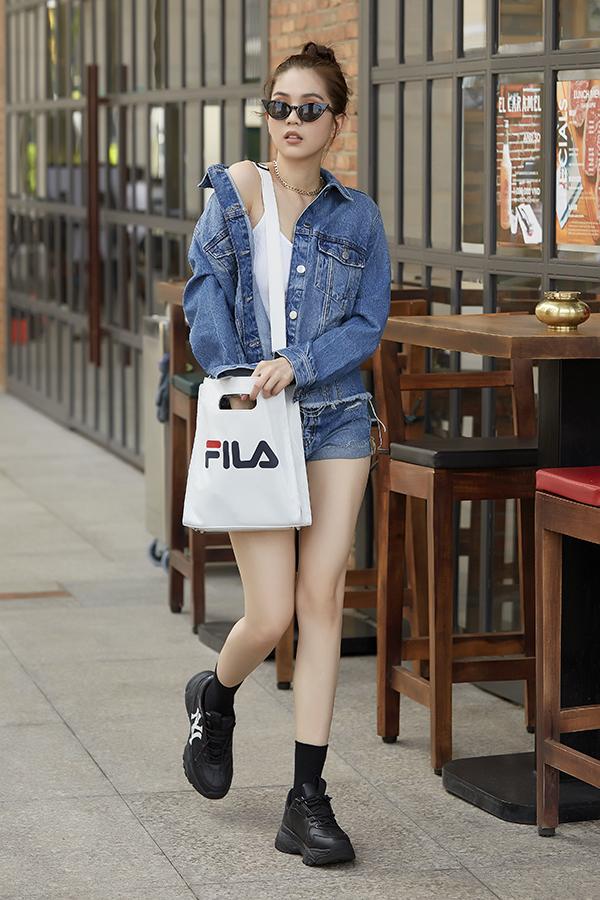 Trang phục jeans và denim luôn được yêu thích vào mùa hè, vì thế diễn viên Vu qui đại náo cũng chọn jacket, short để phối cùng áo hai dây thể hiện sự sành điệu và ăn mặc hợp mùa.