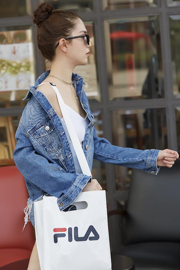 Không chỉ chú trọng đến trang phục theo đúng hong cách streetwear, những mẫu phụ kiện đúng tinh thần cũng được Ngọc Trinh mix-match một cách hợp lý.