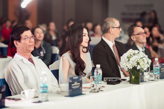 Tú Anh chăm chú theo dõi sự kiện ở hàng ghế đầu tiên cùng các vị khách mời trong nước và quốc tế.