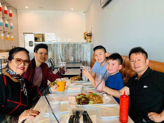Ca sĩ Bằng Kiều đưa mẹ và các con đi ăn và không quên chúc: Happy Mother's day các bà mẹ trên đời.