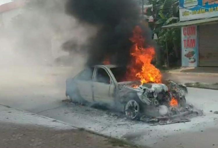 Xe lúc bị lửa bao trùm. Ảnh: Người dân cung cấp.