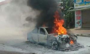 Ôtô cháy trơ khung ở Nghệ An