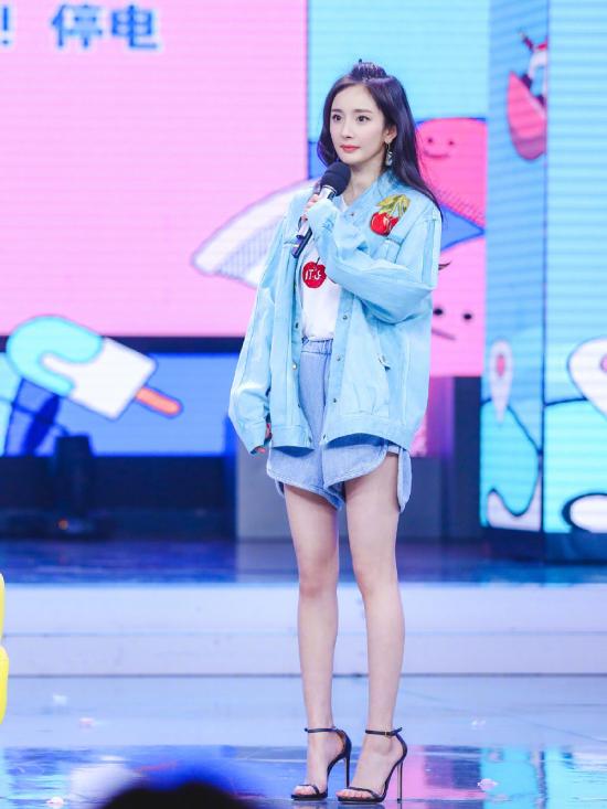 Nữ diễn viên gây sốt với đôi chân thẳng tắp. Trên Weibo, khán giả khen ngợi Dương Mịch có đôi chân hoàn hảo, được ví như đôi đũa.