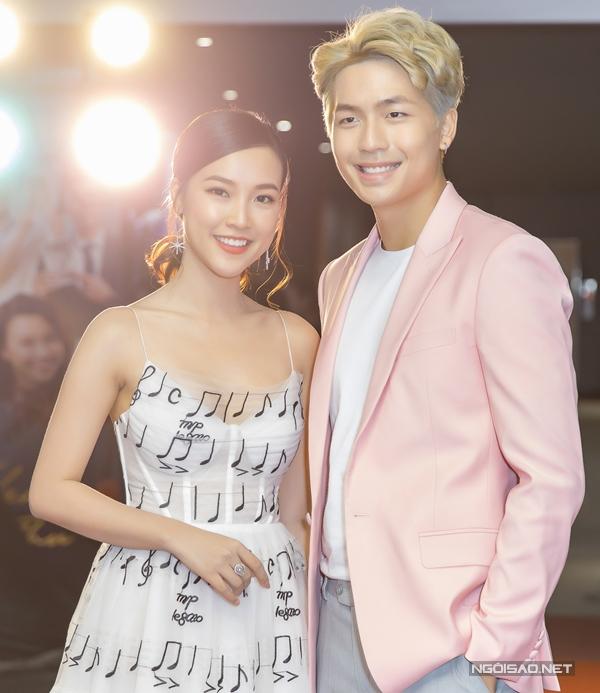 Cặp đôi chị em sánh đôi trong buổi ra mắt phim ở Hà Nội hôm 8/5.