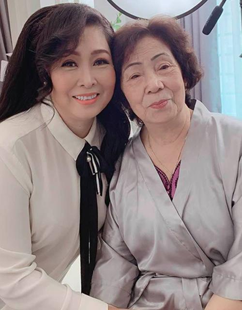 Nghệ sĩ Hồng Vân cho rằng: Ngày nào cũng là ngày của mẹ. Hôm ngay 12/5 là ngày chung mang tính cộng đồng, nhắc nhở chúng ta nếu không có mẹ sẽ thiệt thòi biết bao. Với tôi mẹ là duy nhất.