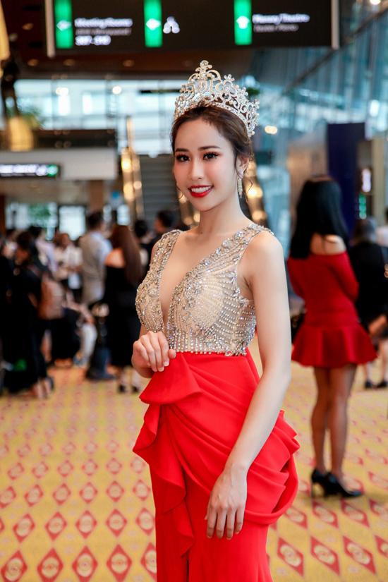 Chiếc váy với phần cổ khoét sâu cùng điểm nhấn ở hông giúp Stella Đào khoe khéo các chỉ số hình thể đẹp.