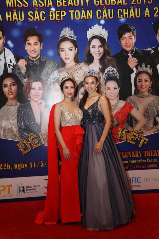 Stella Đào chụp hình cùng Hoa hậu thế giới Malaysia ở khu vực thảm đỏ trong đêm chung kết. Brynn Lovett (bên phải) đăng quang Hoa hậu thế giới Malaysia năm 2015, sau đó đại diện đất nước tham dự cuộc thi Hoa hậu thế giới 2015