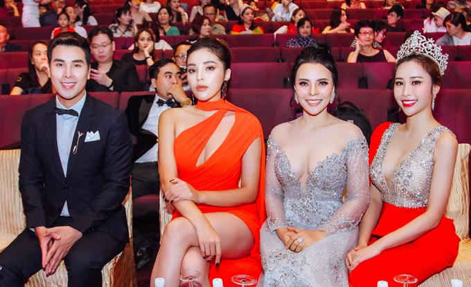 Ngoài ra, Người mẫu Hoàng Phi Kha, Hoa hậu Việt Nam Kỳ Duyên (từ trái qua) cũng có mặt tại sự kiện này và ngồi ghế giám khảo.