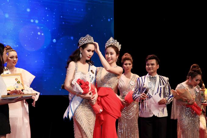 Stella Đào trao giải cho thí sinh Nguyễn Thị Kiều Oanh, cô đạt giải Hoa hậu được yêu thích nhất trong cuộc thi năm nay.