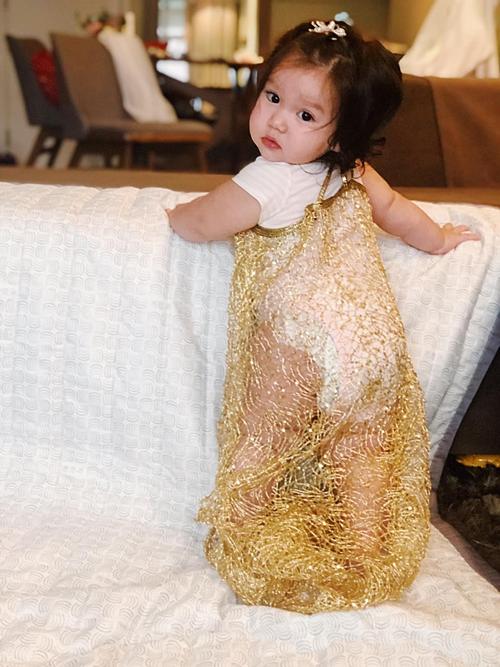 Một khi Myla đã lên đồ và lên thảm đỏ thì Ga Ga hay Gá Gà cũng xách bỉm cho Myla nhé, siêu mẫu Hà Anh hào hứng khi chia sẻ khoảnh khắc đáng yêu của con gái.