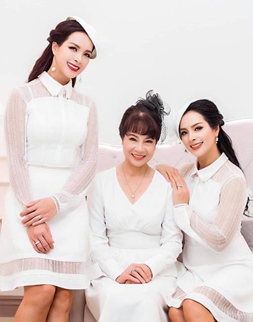 Người mẫu Thúy Hạnh (trái) chia sẻ hình ảnh cùng chị gái Thúy Hằng (phải) và mẹ.Mong mẹ luôn khỏe mạnh và mãi trẻ trung, xinh đẹp, vui vẻ.