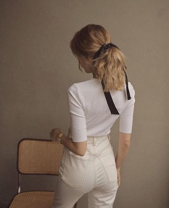 Đối nghịch với sự chỉnchu và điệu đà của mốt cặp tóc ngọc trai là nét dung dị của cách buộc tóc đuôi ngựa, đuôi gà bằng khăn vải.