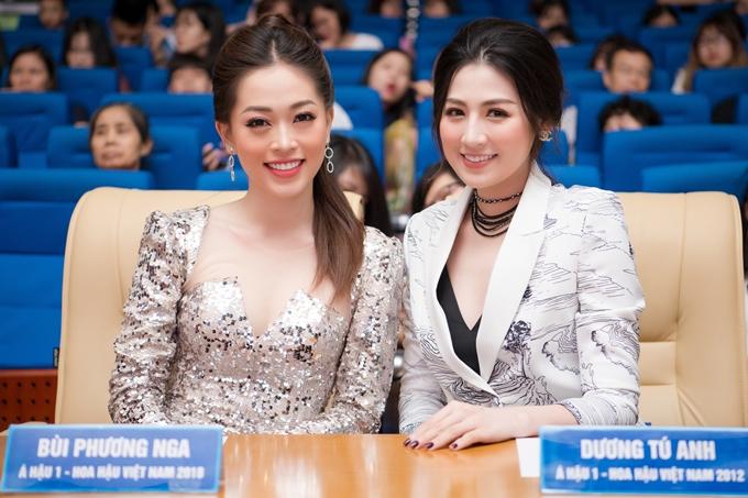 Phương Nga và Tú Anh cùng ngồi ghế nóng cuộc thi Hoa khôi Đại học Kinh tế Quốc dân Hà Nội, tối 12/5.