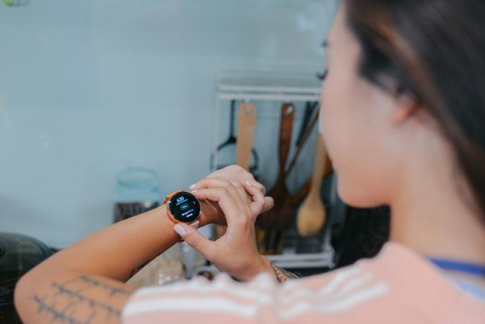 Việc nhập calories để kiểm soát lượng thực phẩm nạp vào cơ thể đã trở thành thói quen hàng ngày của Hana Giang Anh từ khi cô nàng sở hữu Galaxy Watch Active.