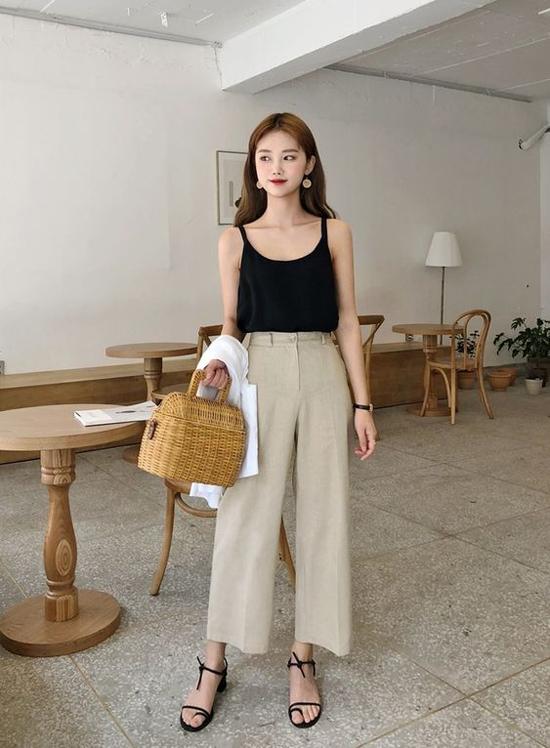 Song song với sự lên ngôi của nhiều kiểu váy mùa hè, quần suông ống rộng cũng là một trong những sản phẩm thịnh hành ở mùa mốt năm nay.