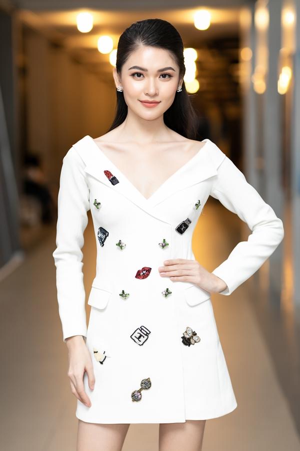 Á hậu Thùy Dung diện váy blazer thanh lịch đi làm giám khảo cuộc thi.