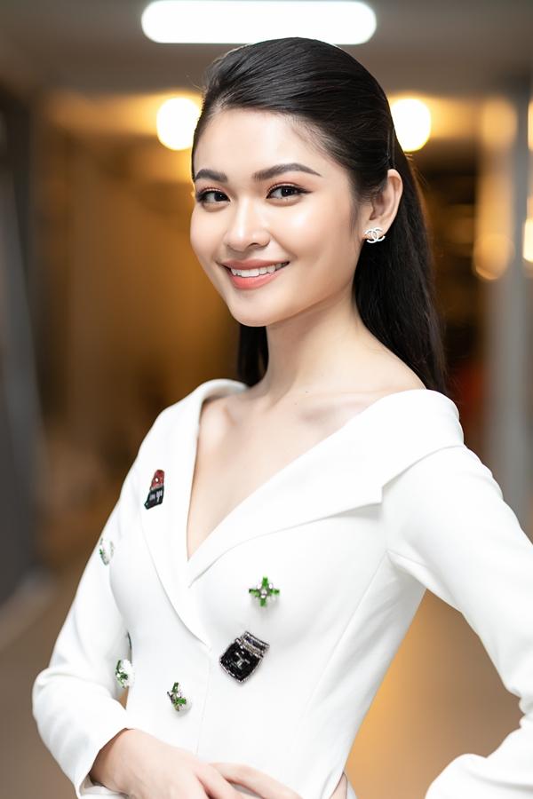 Thùy Dung được biết đến là người đẹp giỏi ngoại ngữ: tiếng Anh và tiếng Nhật. Cô từng đạt 900/990 điểm thi TOEIC đầu vào Đại học Ngoại thương