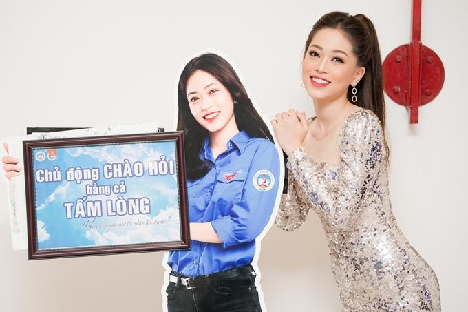 Cô từng đăng quang Hoa khôi của trường, trước khi đoạt Á hậu Việt Nam 2018 và lọt top 10 Hoa hậu Hòa bình Thế giới 2018. Sau loạt thành tích, cô không lấn sân showbiz mà quay lại trường tiếp tục hoàn tất việc học.