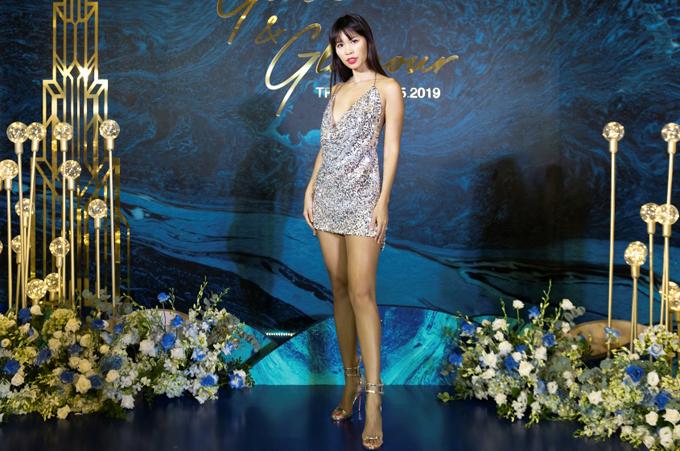 Siêu mẫu Hà Anh khoe chân dài với váy dây ngắn.